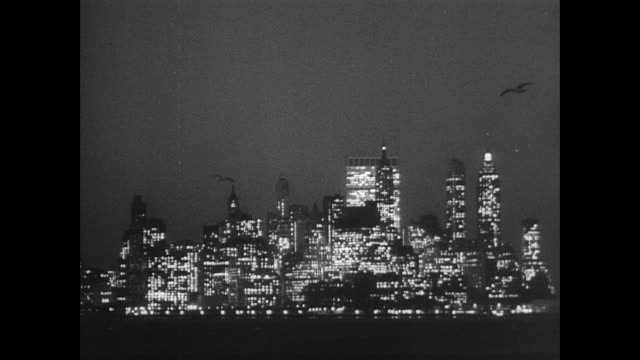 new york city skyline at night from the east river - 1966 bildbanksvideor och videomaterial från bakom kulisserna
