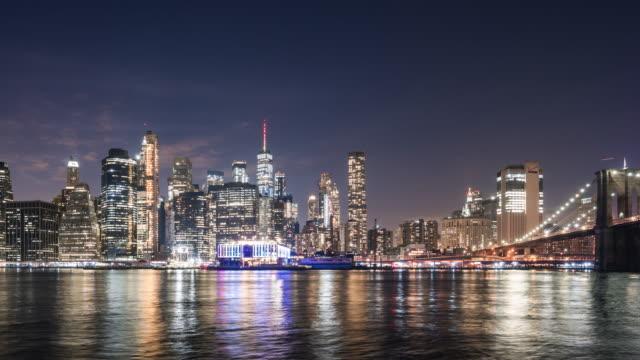 t/l ws pan ニューヨークの夜のスカイライン / ニューヨーク市, アメリカ合衆国 - ブルックリン橋点の映像素材/bロール