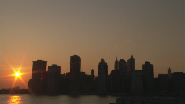 ms, new york city skyline at sunset, new york, usa - establishing shot点の映像素材/bロール