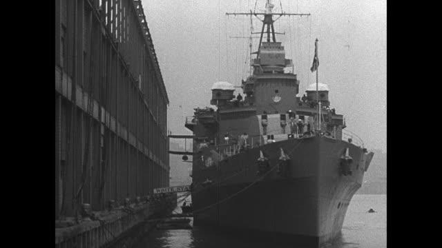 vidéos et rushes de new york city skyline manhattan hudson river fg ws british battleship in dock ms english sailors over gangplank vs sailors in central park playing w/... - royal navy