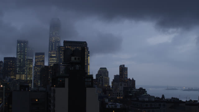 new york city skyline on a foggy night - bedeckter himmel stock-videos und b-roll-filmmaterial