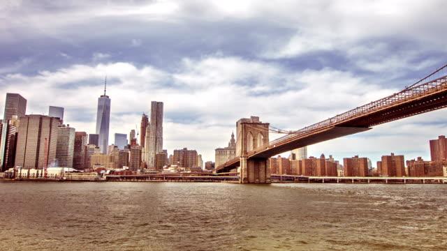 stockvideo's en b-roll-footage met new york city skyline with bridge - hangbrug