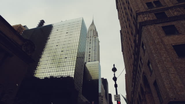 stockvideo's en b-roll-footage met new york city wolkenkrabbers vanaf de straat - metlife building