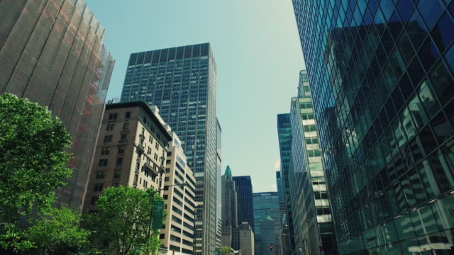stockvideo's en b-roll-footage met new york city wolkenkrabbers - laag camerastandpunt