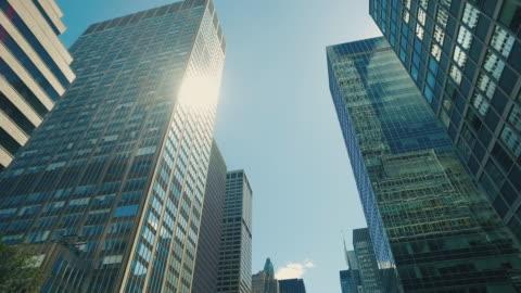 vidéos et rushes de nouveau york gratte-ciel - vue en contre plongée verticale
