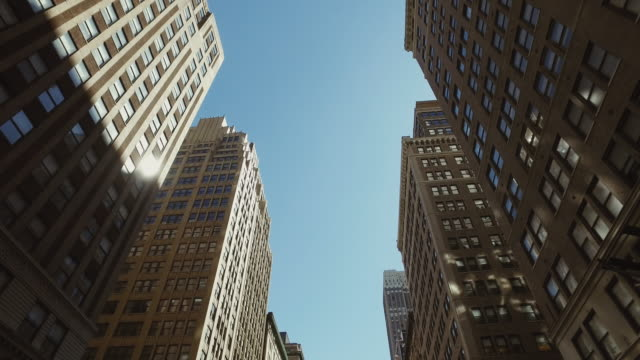 stockvideo's en b-roll-footage met new york city wolkenkrabbers - low angle view
