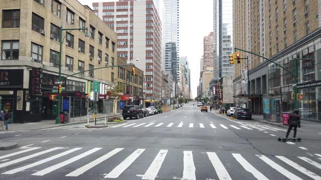 new york city slowly re-opens - segnale per macchine e pedoni video stock e b–roll