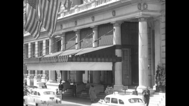 vidéos et rushes de brownstones cars parked on street a few pedestrians / cu taxis pull up to building with awning and flying two american flags / looking down street on... - chevrolet
