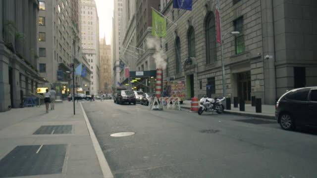 vídeos de stock, filmes e b-roll de new york city street - ponto de vista de caminhada