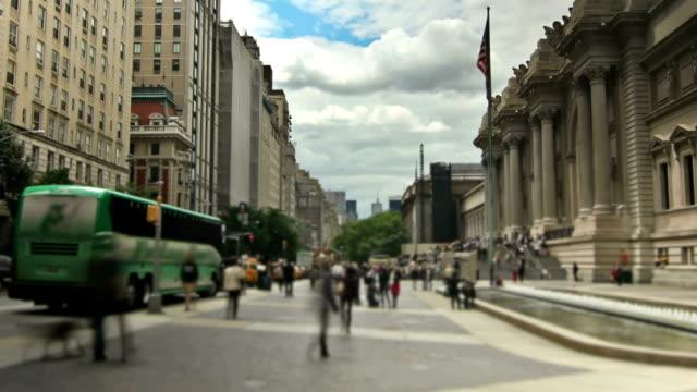 vídeos de stock, filmes e b-roll de ruas de nova york com zoom - museu metropolitano de arte