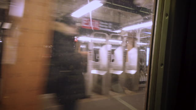 vidéos et rushes de new york city subway system train window view - sign