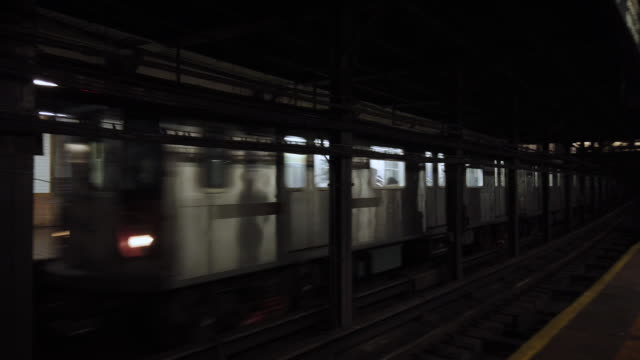new york city subway train arrives at borough hall station - u bahnzug stock-videos und b-roll-filmmaterial