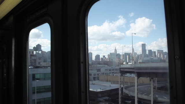 vidéos et rushes de new york city subway train window and empire state building - wagon