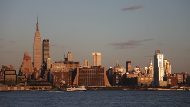 stockvideo's en b-roll-footage met new york city sunset - tilt down