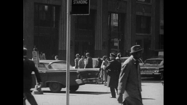 new york city traffic cop - anno 1958 video stock e b–roll