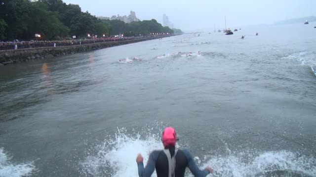 new york city triathlon swimmers jump and dive into hudson river - salmini 個影片檔及 b 捲影像