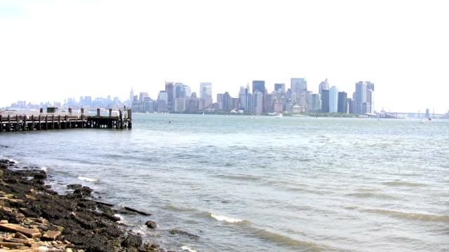 città di new york, vista dai liberty island - porto di new york video stock e b–roll