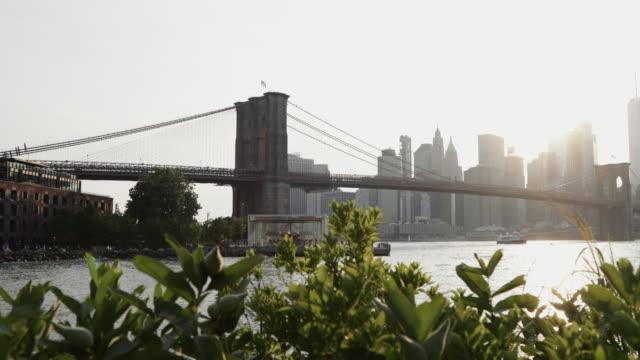 vidéos et rushes de vue sur la ville de new york: le pont de brooklyn de dumbo - quartier
