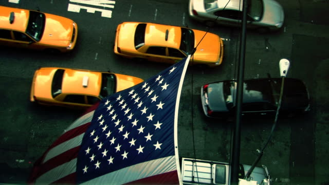 gelben taxis in new york city - yellow taxi stock-videos und b-roll-filmmaterial