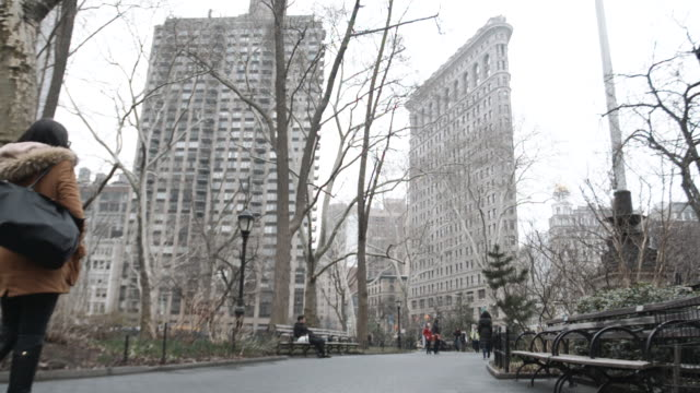 new york city's flatiron building on a cloudy afternoon - 20世紀のスタイル点の映像素材/bロール