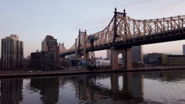 vidéos et rushes de new york city's queensboro bridge at sunset - ligne de tramway