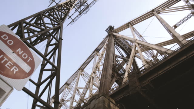 new york city's queensboro bridge on a summer afternoon - nyc - western script stock videos & royalty-free footage