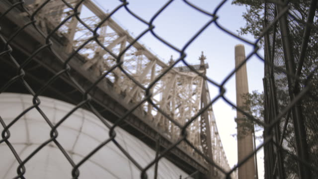 new york city's queensboro bridge on a summer afternoon - nyc - chainlink fence stock videos and b-roll footage