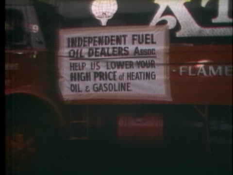 new york city's small independent oil dealers have difficulty obtaining cheap oil. - ガス料金点の映像素材/bロール