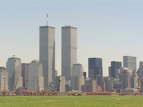 stockvideo's en b-roll-footage met ws new york cityscape and world trade center twin towers grass field in fg zi toward towers - world trade center manhatten