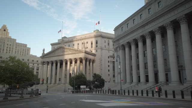 new york county supreme court at 60 center street in lower manhattan new york city. building exterior. usa flag on half mast on the roof of the... - corte suprema palazzo di giustizia video stock e b–roll