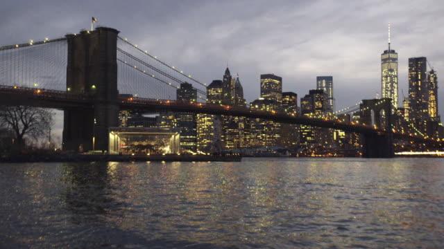 new york establishing shot dusk - brooklyn bridge stock videos & royalty-free footage