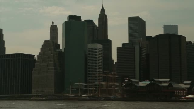 new york general views; various views of the manhattan skyline along the east river including one world trade center and the brooklyn bridge at night... - brooklyn bridge stock videos & royalty-free footage