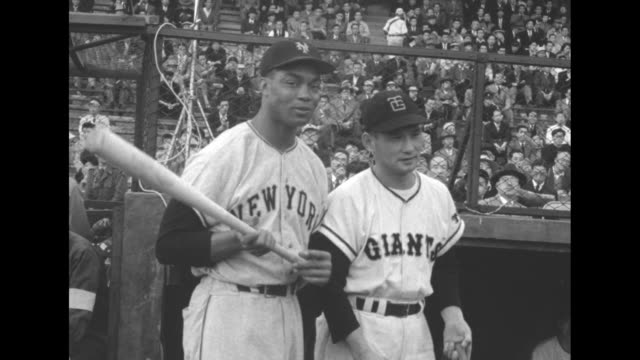 vídeos de stock, filmes e b-roll de new york giants outfielder monte irvin and yomiuri giants player pose with baseball bats for photo op / note: exact day not known - liga esportiva