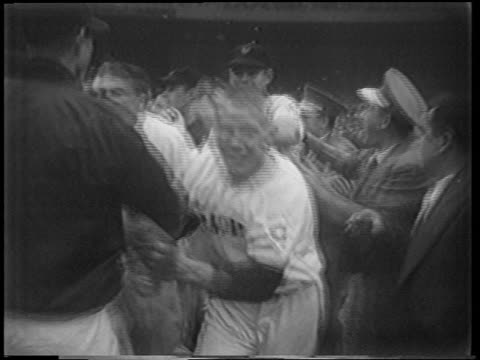 vídeos de stock e filmes b-roll de new york giants running around in excitement at end of playoff game / nyc - camisola de basebol