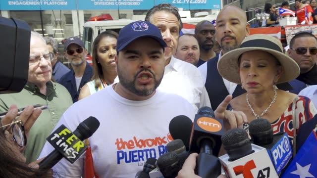 vídeos de stock e filmes b-roll de new york governor andrew cuomo during the annual puerto rican day parade via 5th avenue in manhattan new york city usa note assemblyman marcos crespo - partido democrático eua