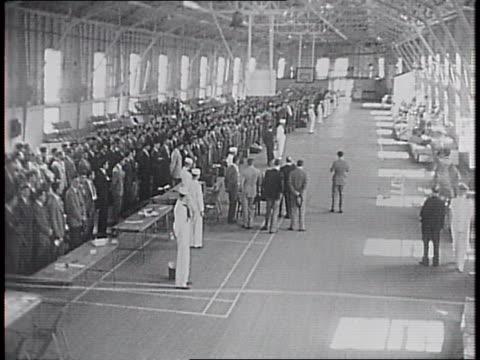 vídeos y material grabado en eventos de stock de new york harbor / 600 us naval volunteer cadets lined up in a pier / leave and walk along dock / close-ups of their suitcases in hand / board small... - puerto de nueva york