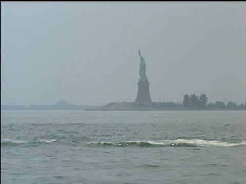 vídeos de stock, filmes e b-roll de 1961 new york harbor and skyline - baixo manhattan