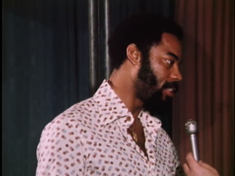 new york knicks basketball star walt frazier discusses his team's poor record - sport stock-videos und b-roll-filmmaterial