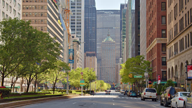 stockvideo's en b-roll-footage met new york manhattan. metlife corporate building at park avenue. tree green area. - metlife building