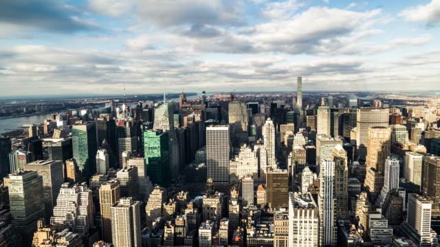 vídeos de stock, filmes e b-roll de t/l ws pan nova york manhattan skyline mudando na luz solar - baixo manhattan