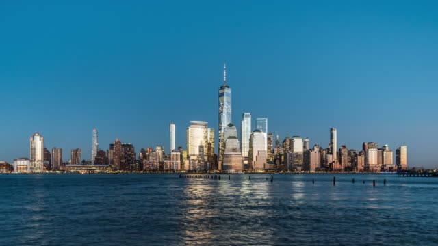 t/l ws zi new york skyline von manhattan, von tag zu nacht / nyc - one world trade center stock-videos und b-roll-filmmaterial