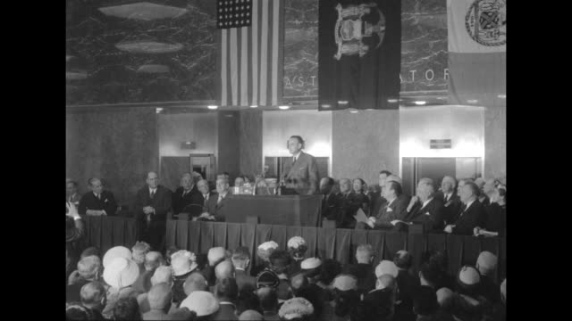 vídeos de stock, filmes e b-roll de ws new york mayor robert f wagner jr speaks at opening ceremony inside the new york coliseum as other officials and attendees look on / vs new york... - cortando fita