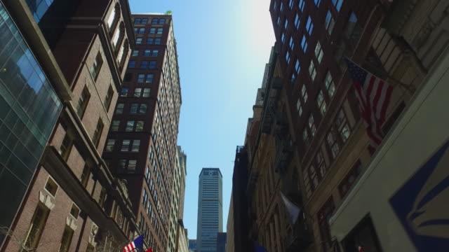 vídeos y material grabado en eventos de stock de new york narrow street at day - ajustado
