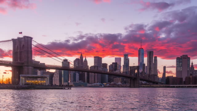 new york, new york, usa skyline of manhattan on the east river with brooklyn bridge - new york stato video stock e b–roll