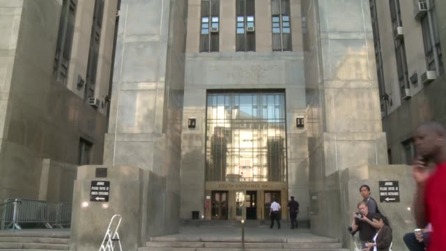 stockvideo's en b-roll-footage met new york police set up barricades and international media crews claimed their spots outside the manhattan courthouse where dominique strausskahn is... - verschijning