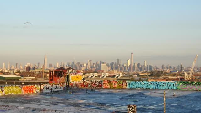 vídeos de stock e filmes b-roll de new york skyline streetart - muro circundante