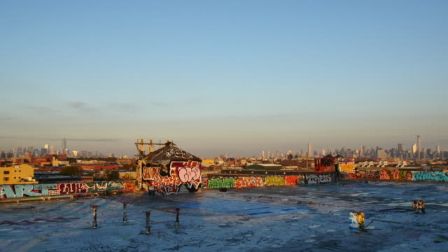 vídeos y material grabado en eventos de stock de new york skyline - pared de contorno