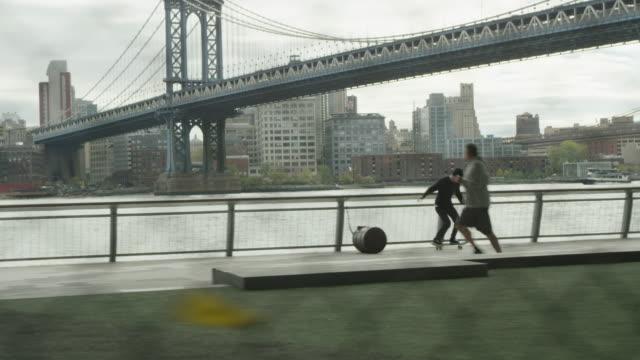stockvideo's en b-roll-footage met new york skyline view from skatepark - skateboardpark