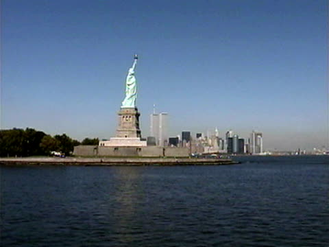 vídeos de stock, filmes e b-roll de new york skyline with statue of liberty, world trade center in background - 2001