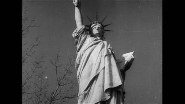 vidéos et rushes de new york skyscrapers/ us flag waving on wind/ statue of liberty - symbole